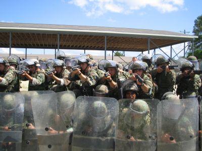 Des Marines contrôlant une émeute